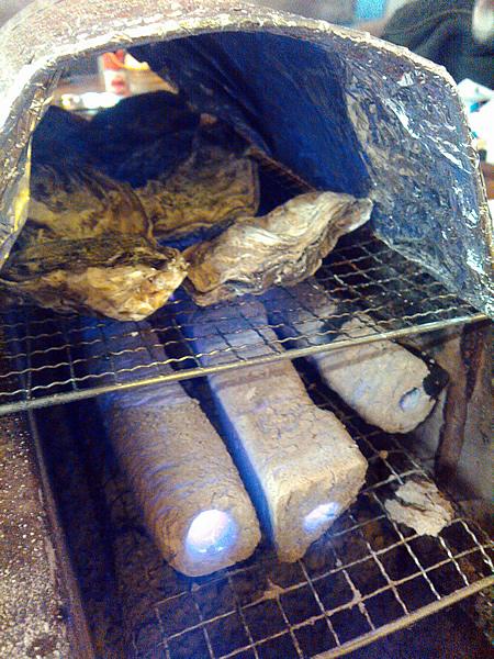 牡蠣を網に乗せたら、アーチ状のアルミのふたをします